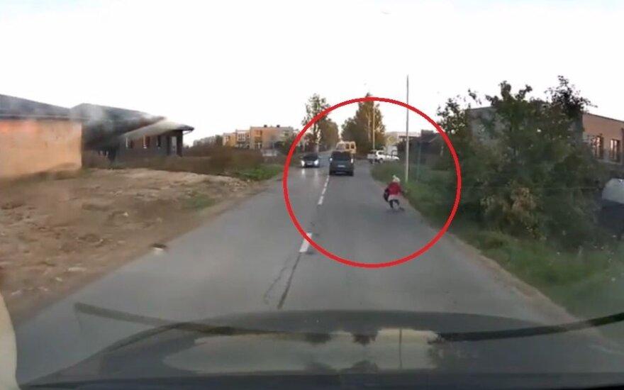 Po automobilio ratais vos nepakliuvęs vaikas atidengė skaudžią problemą: gyvename kaip Rusijos kaime