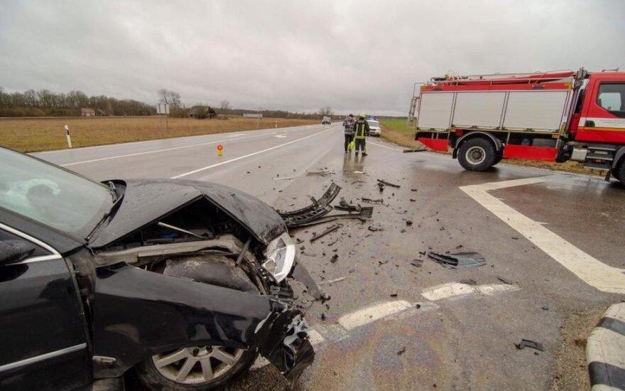 Kretingos rajone per avariją prispausti du žmonės, žuvo moteris