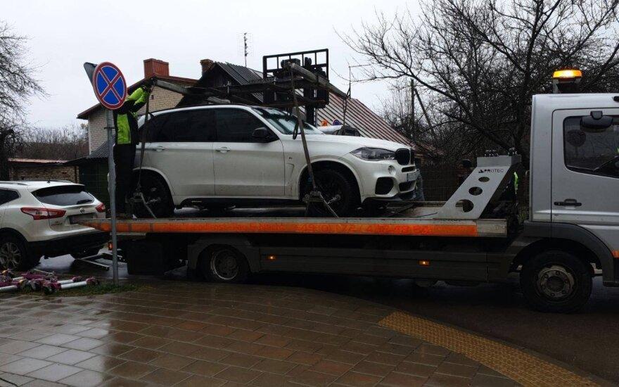 Vilniuje pradėti nuvežinėti ne vietoje pastatyti KET pažeidėjų automobiliai. Adomo Bužinsko nuotr.