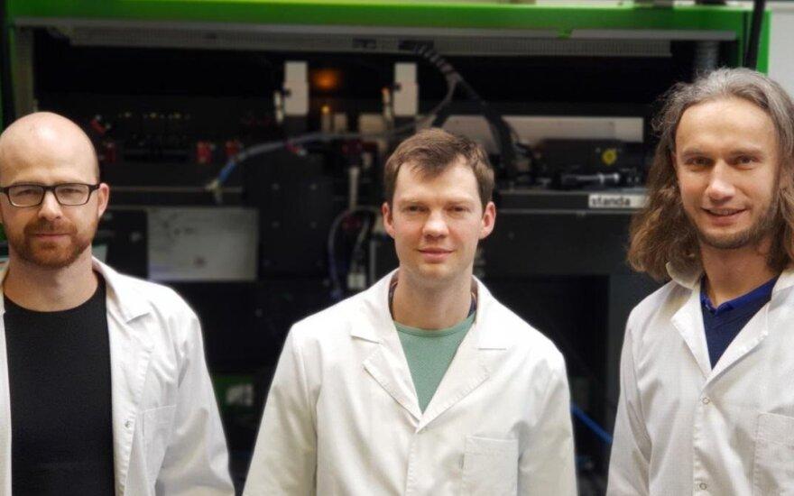 Iš kairės: doktorantas Andrius Žemaitis, laboratorijos vadovas dr. Paulius Gečys, projekto vadovas dr. Mindaugas Gedvilas