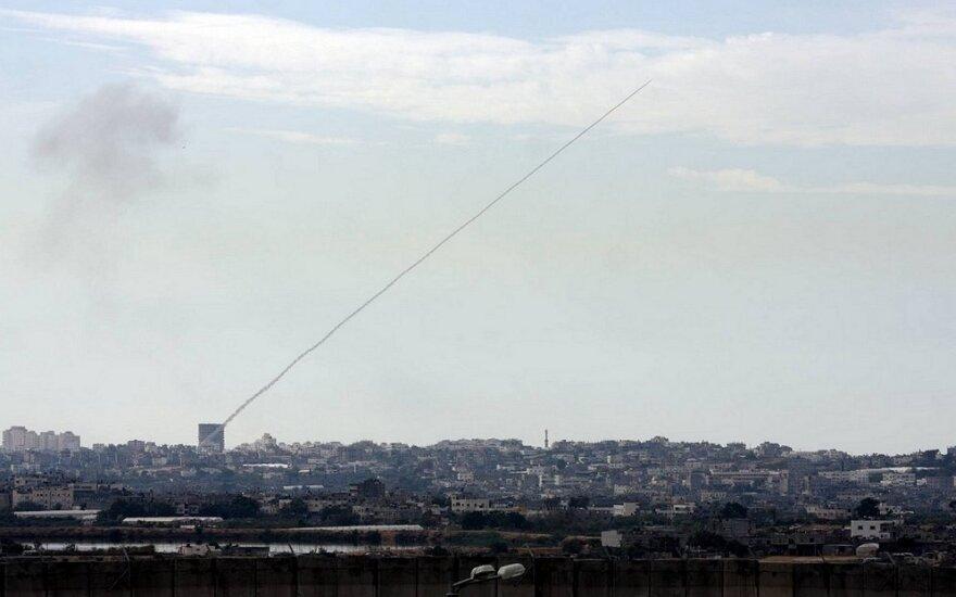 Palestiniečių raketa skrieja į Izraelį