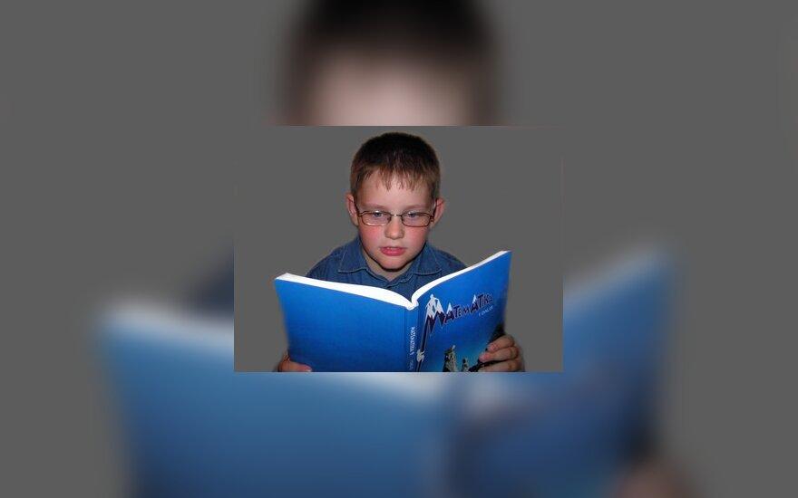 Vaikas skaito knygą, skaitymas, berniukas su akiniais