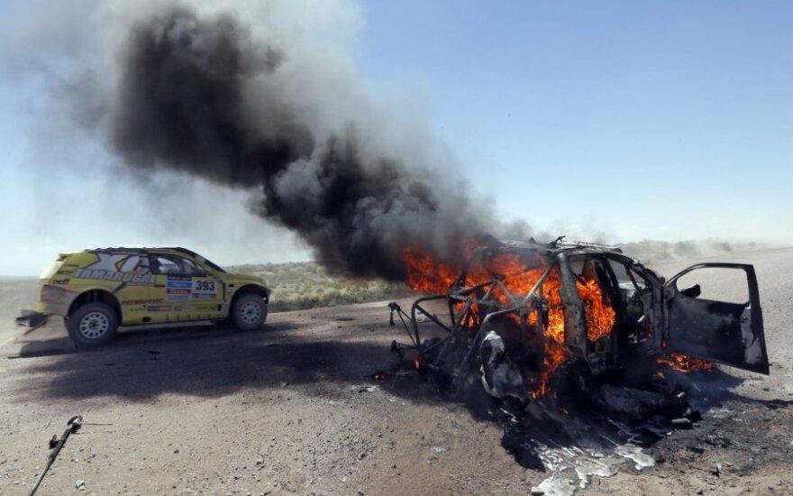 Kazachstano lenktynininkų automobilis virto fakelu užsidegęs nuo įkaitusios padangos
