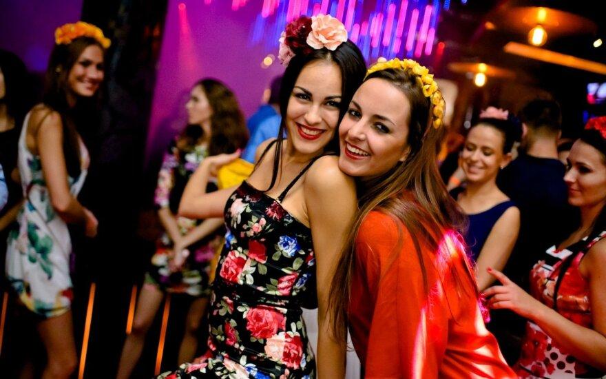 Savaitgalio ritmai: penktadienį Vilniuje seksualios merginos užplūdo naktinį klubą