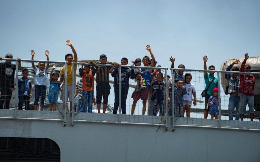 """Laivas """"KRI Makassar"""" evakuoja nukentėjusius iš žemės drebėjimo nuniokotos salos"""