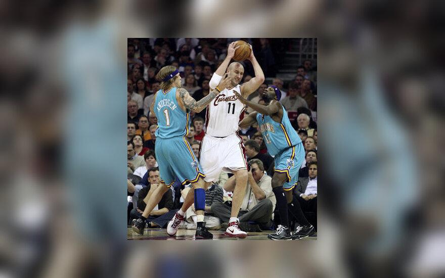 """Žydrūnas Ilgauskas (""""Cavaliers"""") grumiasi su """"Hornets"""" žaidėjais"""