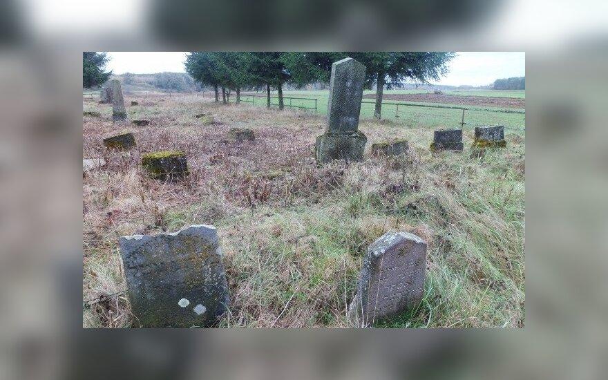 Pasibaisėjo suniokotomis žydų kapinėmis