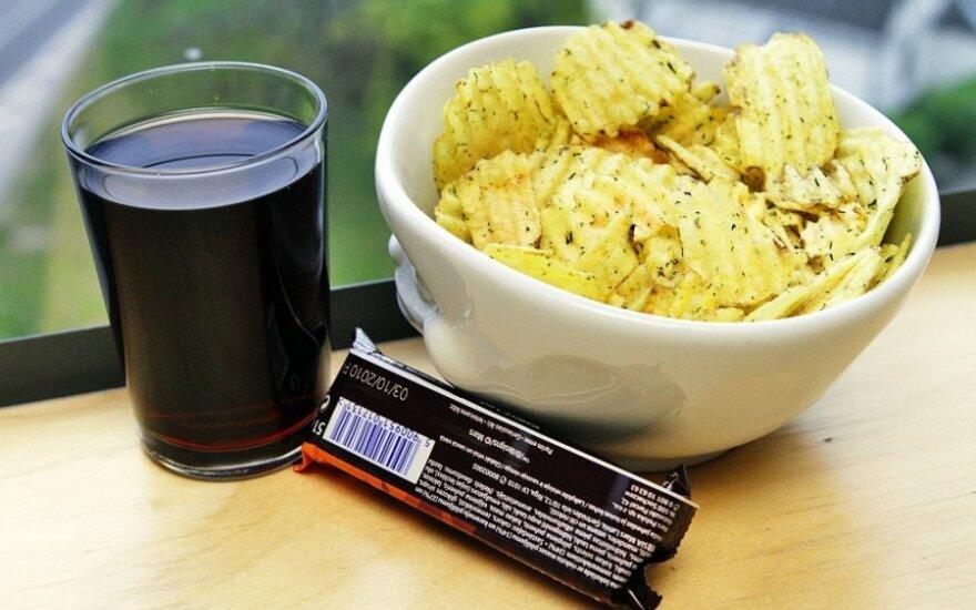 Bulvių traškučiai, šokoladukas, kolos limonadas