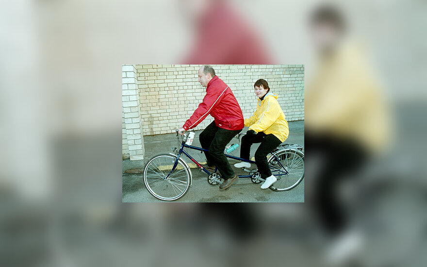 Andrius Kubilius su žmona balsuoti atvyko dviračiu
