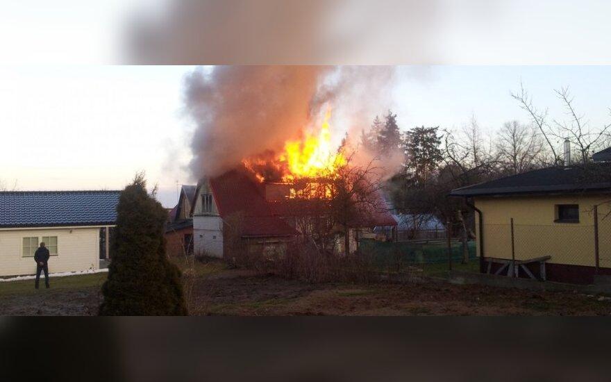 Sostinėje atvira liepsna degė gyvenamasis namas