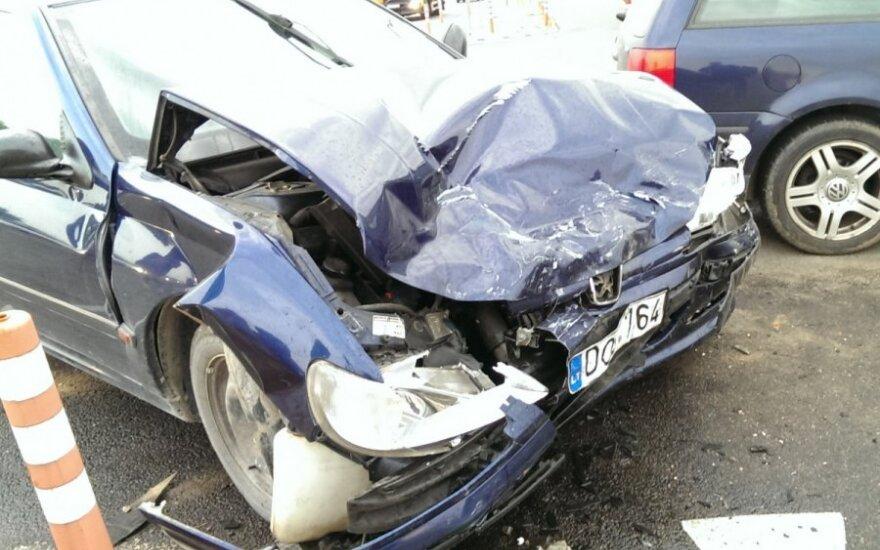 Vilniaus pakraštyje po avarijos medikai į ligoninę išvežė dvi moteris į vaiką