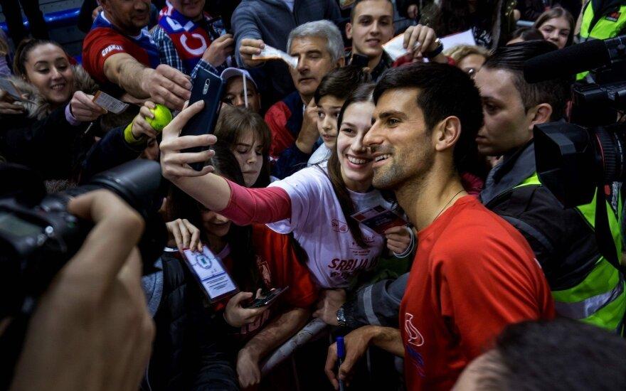 Novakas Djokovičius gerbėjų apsuptyje