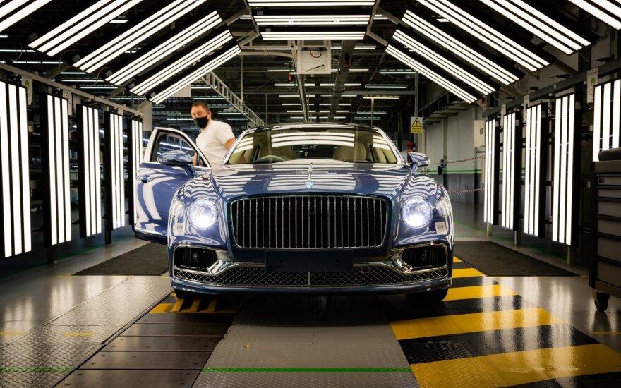 """Nuo surinkimo linijų jau rieda pirmieji """"Bentley Flying Spur V8"""""""