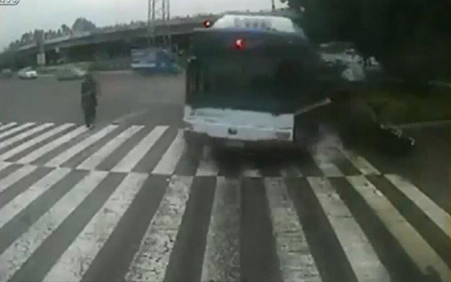 Nufilmuota, kaip vyras sustabdo dideliu greičiu važiuojantį nekontroliuojamą autobusą
