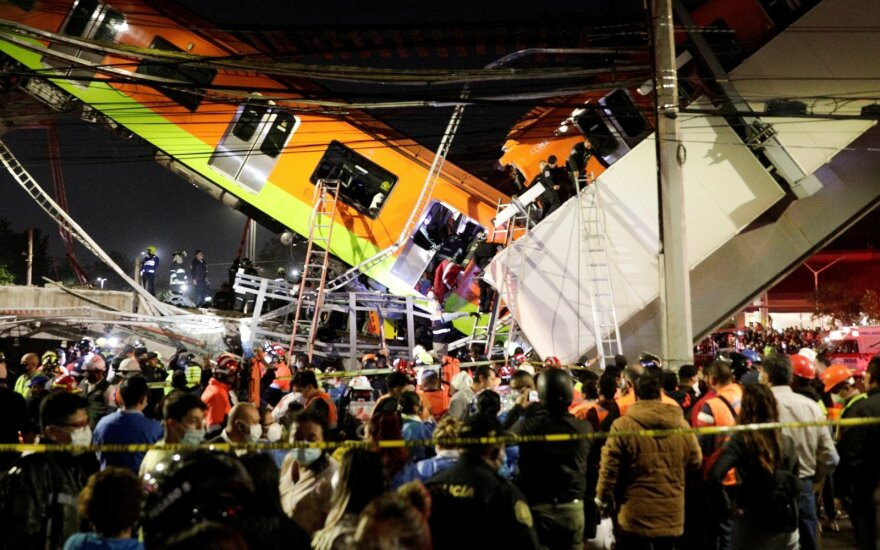 Tragedija Meksike: ant važiuojančių automobilių užgriuvo traukinys, žuvo mažiausiai 20 žmonių