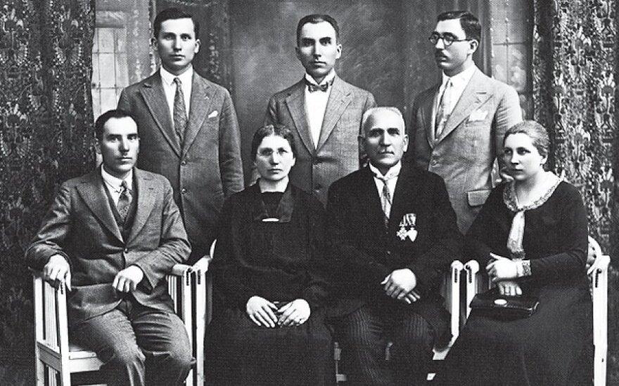 Banaičių šeima, Saliamonas Banaitis sėdi antras iš dešinės), LNM nuotr.