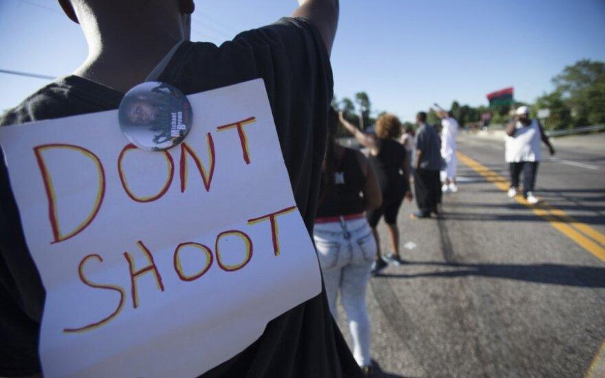 Misūryje neginkluotą juodaodį jaunuolį nušovęs policininkas buvo sužeistas, nurodė jo vadas