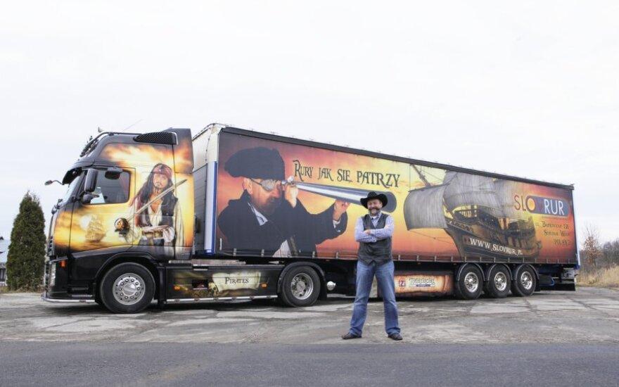 """Volvo FM 12 460 sunkvežimis, kurį puošia piešiniai iš filmo """"Karibų piratai"""""""