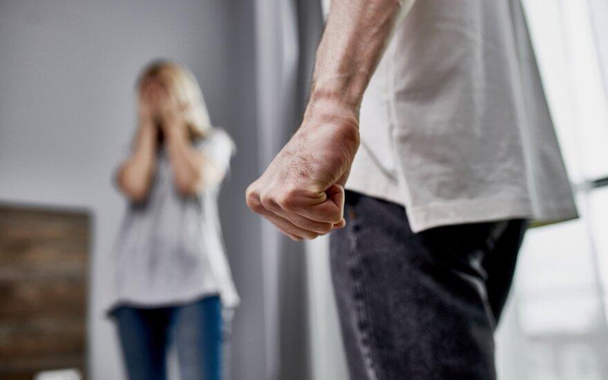 Toks smurtas net nelaikomas smurtu, tačiau visa tai šeimoje matantiems vaikams pasekmės gali būti itin skaudžios