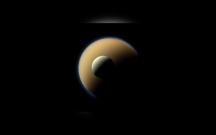 Saturno palydovai Titanas ir arčiau esanti mažesnė Rėja