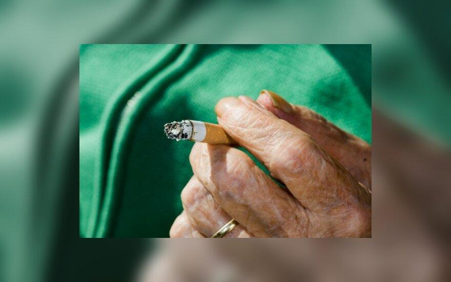 Turguje 10 pakelių cigarečių pardavusiai pensininkei skirta 20 tūkst. Lt bauda