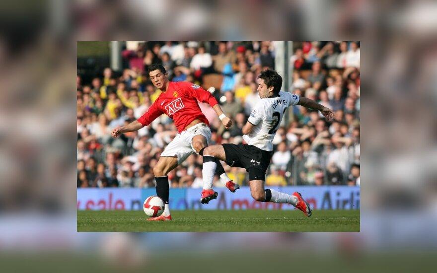 "Cristiano Ronaldo (""Manchester United"") kovoja su Clintu Dempsey (""Fulham"")"
