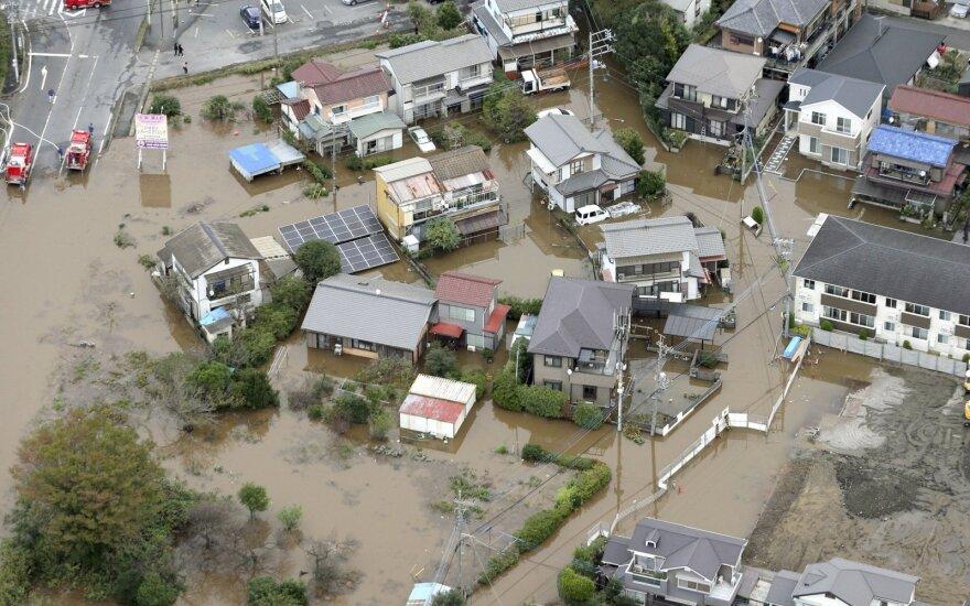 Japonijos gynybos ministras atsiprašė už pokštą apie taifūnų priežastį