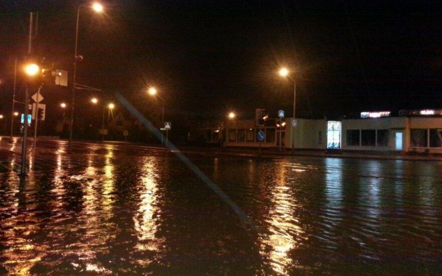 Rudeniškas lietus užtvindė miesto gatves