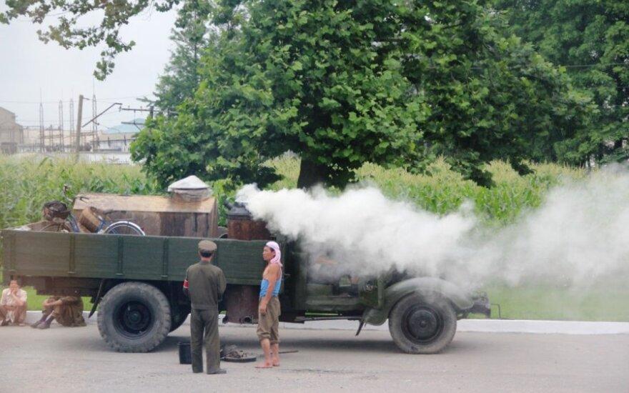 Garu varomas sunkvežimis Šiaurės Korėjoje