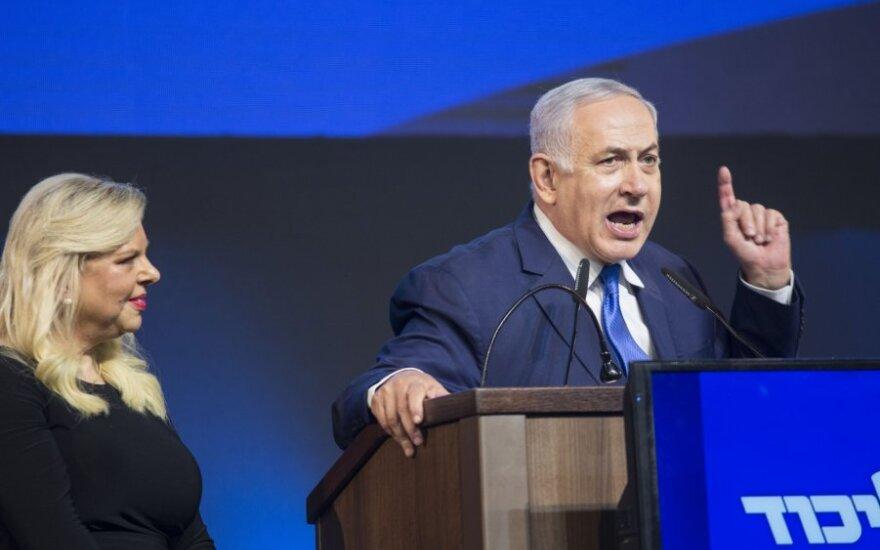 Benjaminas Netanyahu su žmona Sara švenčia pergalę