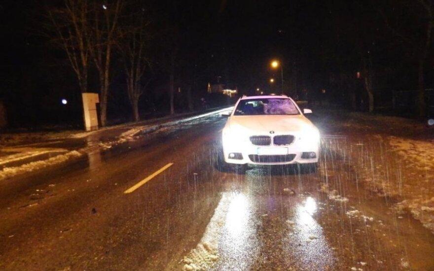 Moteris staiga išbėgo į gatvę – susidūrimas su BMW baigėsi mirtimi