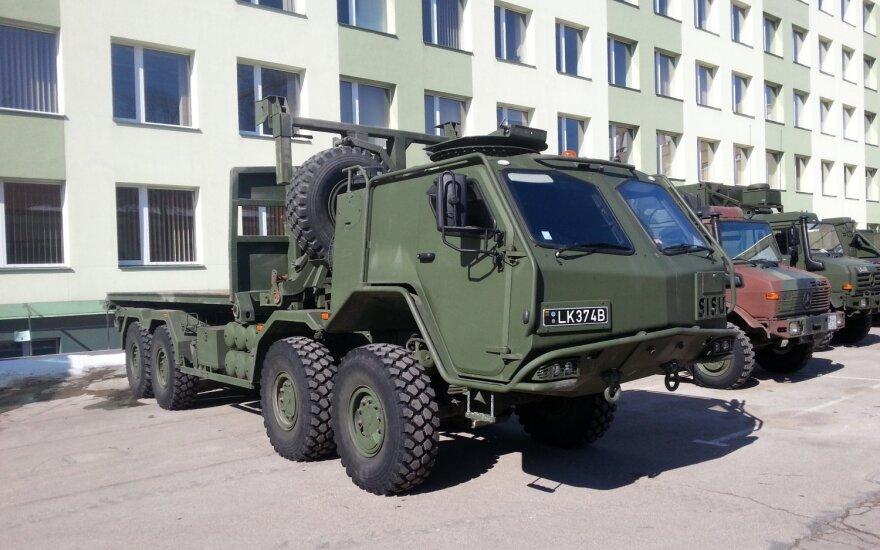 Vilniaus rajone vežama karinė technika kliudė viaduką, išbėgo 300 litrų tepalų