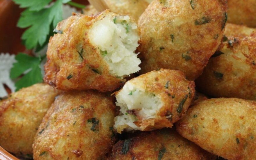 Gruzdinti cukinijų, sūrio ir žolelių rutuliukai