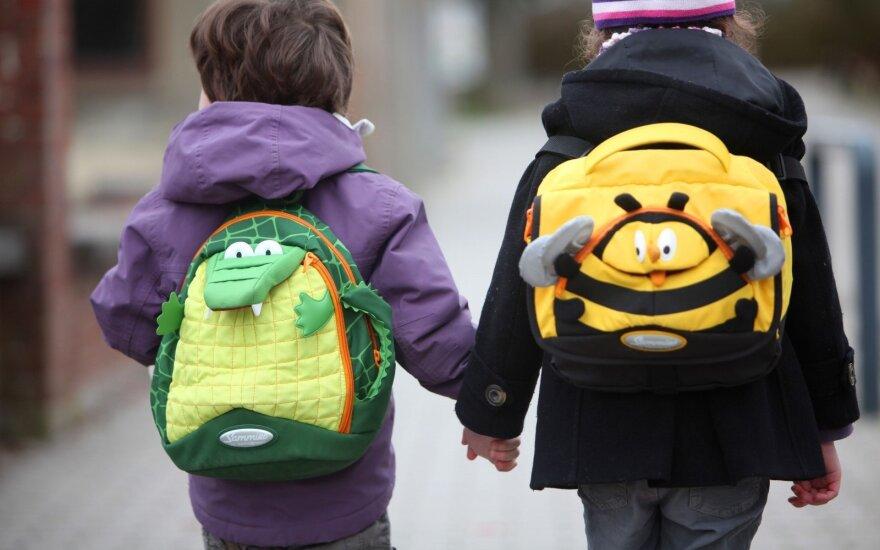 Kas rytą išleisdami vaikus į mokyklą tėvai dreba dėl nepažymėtos perėjos: automobiliai nesustoja
