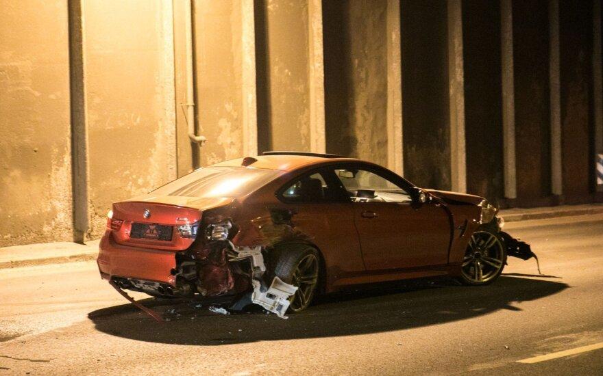 Vilniaus centre, tunelyje, BMW trenkėsi į sieną