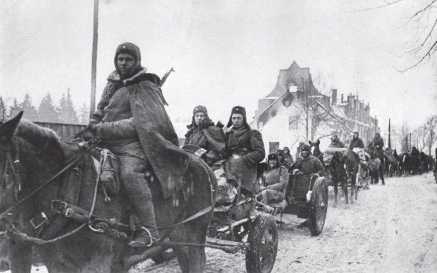 """Sovietų gurguolė traukia """"išlaisvintos"""" Vėluvos (Wehlau, dab. Znamenskas) gatvėmis. Šis svarbus vokiečių gynybos taškas buvo užimtas po ilgų ir sunkių mūšių."""