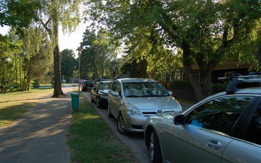 Pervalkos gatvėje stovintys automobiliai