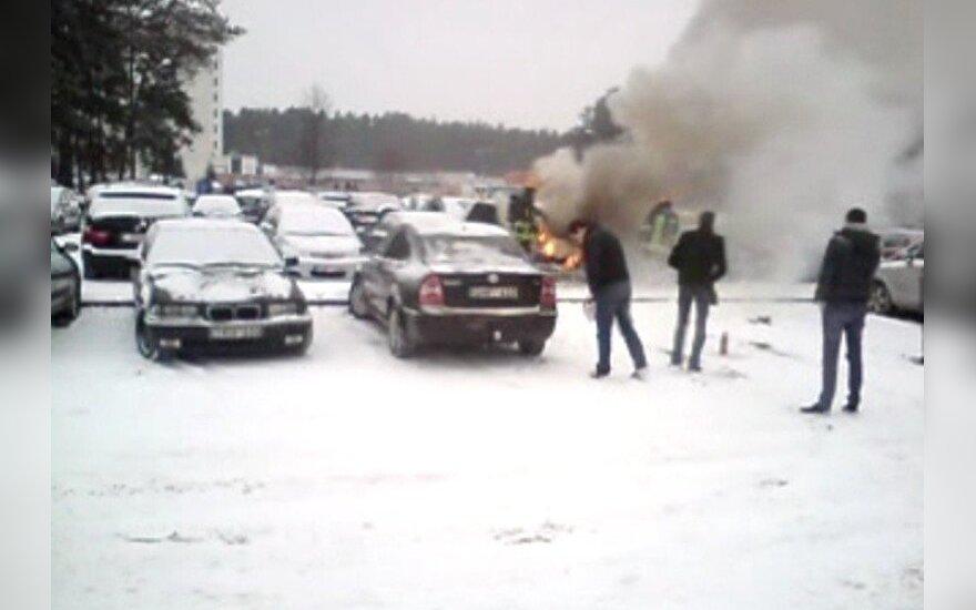 Nufilmavo, kaip elgiasi vilniečiai, kai sausakimšoje aikštelėje dega automobilis