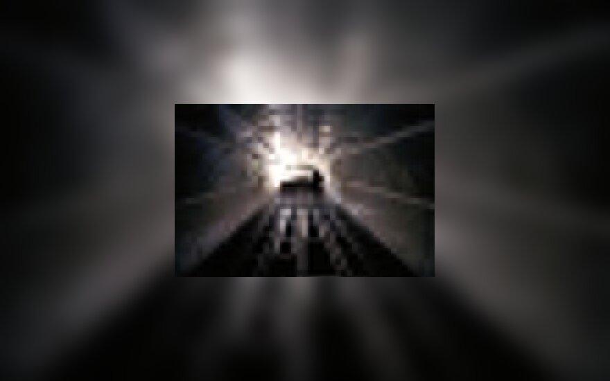 Tunelis, traukinys, žmogus eina