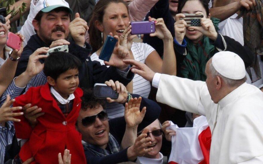 Popiežius po Verbų sekmadienio homilijos pozavo asmenukėms