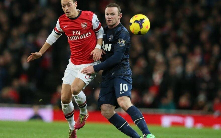 Mesutas Ozilas kovoja su Wayne'u Rooney