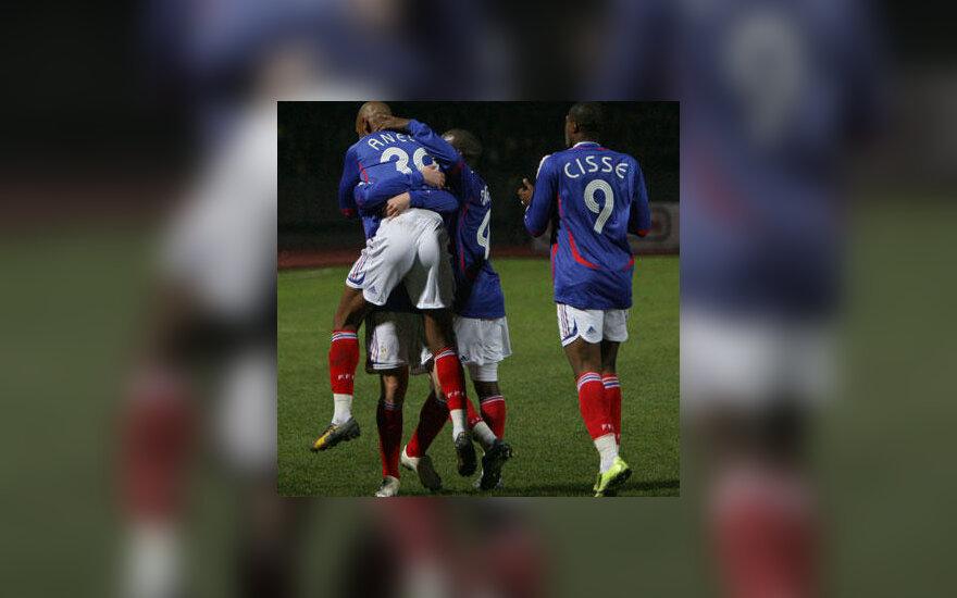 Prancūzijos futbolo rinktinės žaidėjai Nicolas Anelka ir Djibril Cisse džiaugiasi įvarčiu į Lietuvos vartus
