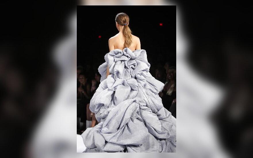 Modelis iš dizainerio Zaco Poseno pavasario/vasaros kolekcijos