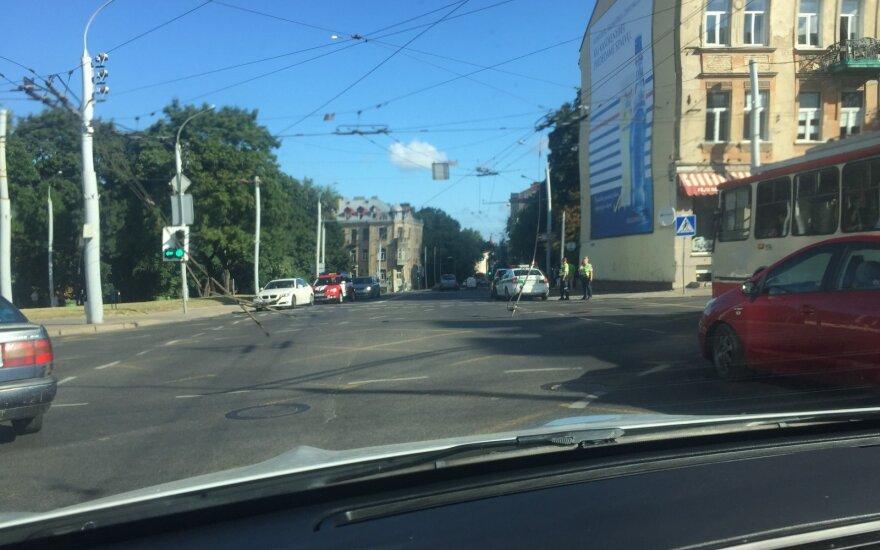 Nutrūkę troleibuso laidai sutrikdė eismą vienoje pagrindinių Vilniaus gatvių