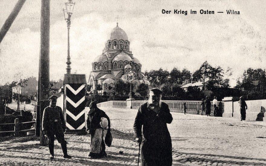 Žvėryno tiltas.  Nuotraukoje matyti sargybinio būdelė ir Žvėryno cerkvė. 1915–1918 m. atvirukas.