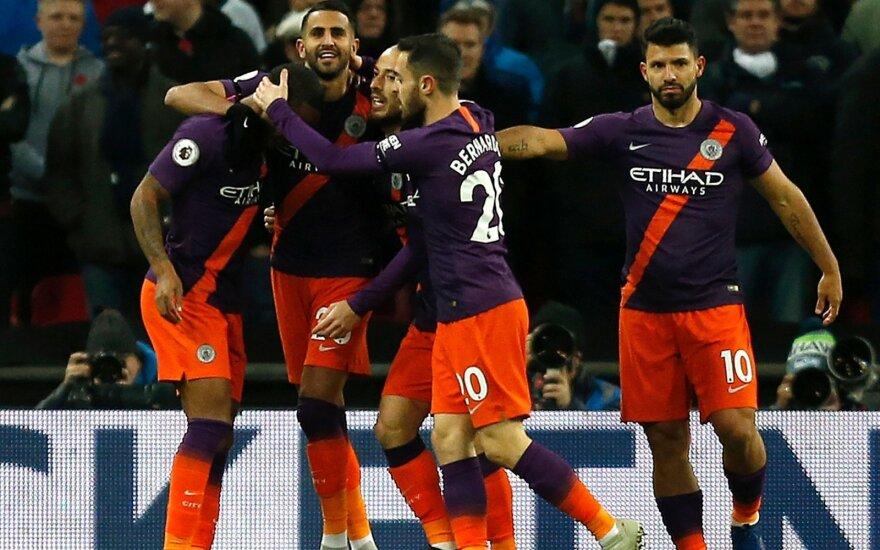 """""""Man City"""" futbolininkai džiaugiasi Riyado Mahrezo įvarčiu"""