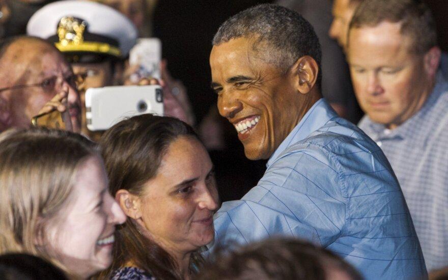 Vyriškos pramogos: krepšinio rungtynių metu B. Obama įamžintas netikėtoje draugijoje