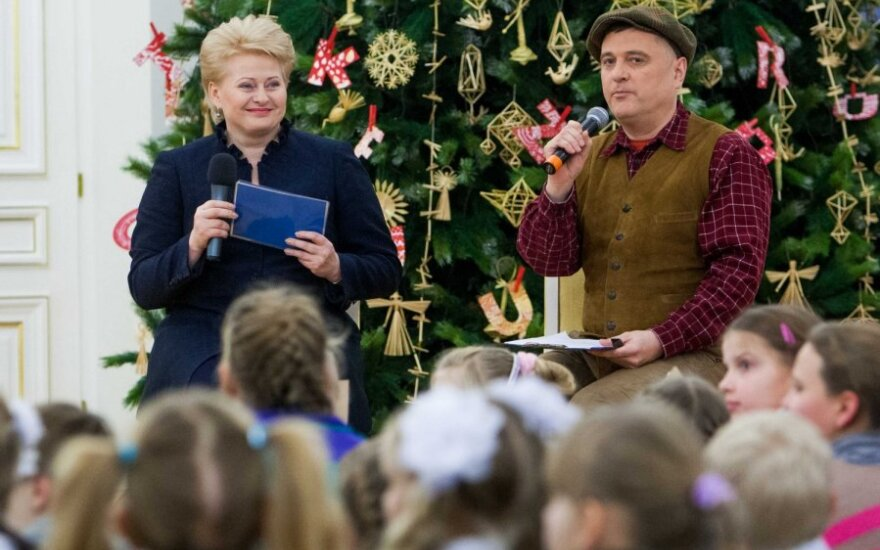 """Prezidentė įžiebė pirmąją Kalėdų eglę bei paskelbė akcijos """"Knygų Kalėdos"""" pradžią"""