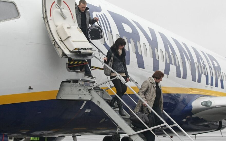 """""""Ryanair"""" taupys greičiau išlaipindama keleivius"""