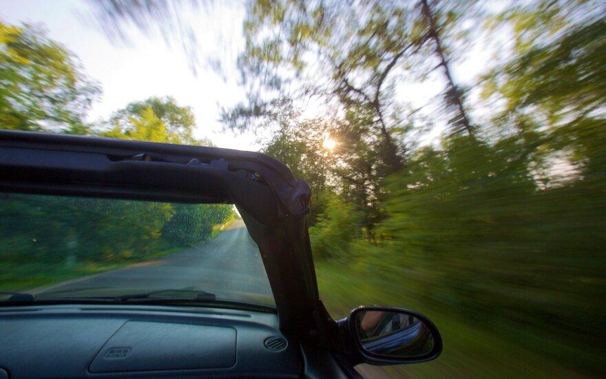 Puikūs vairuotojai ir vidutinės vairuotojos: kaip skirtingos lytys vertina save už vairo